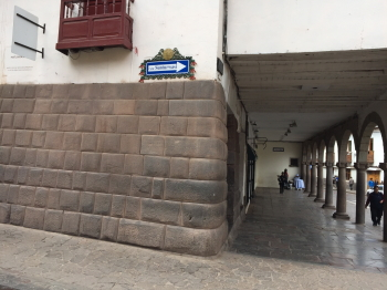 昔の石組みを利用した建物