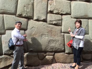 町の中に今も残るインカ帝国時代の石組み中央の大きな石は12角あり複雑に削られているのにも関わらずきっちりと隙間なく組まれています最も有名な石